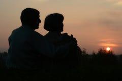 Bejaard paar die zonsondergang bekijken royalty-vrije stock afbeeldingen