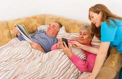 Bejaard paar en jonge verzorger Royalty-vrije Stock Foto
