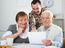Bejaard paar en sociale werknemer Stock Foto