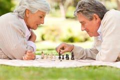 Bejaard paar het spelen schaak royalty-vrije stock foto