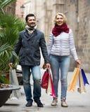Bejaard paar lopende en dragende het winkelen zakken Royalty-vrije Stock Afbeeldingen