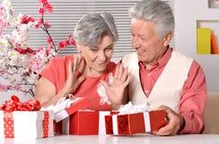 Bejaard paar met giften Royalty-vrije Stock Foto