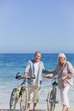 Bejaard paar met hun fietsen Stock Fotografie