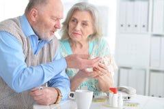 Bejaard paar met pillen royalty-vrije stock foto