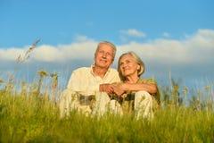 Bejaard paar op aard bij de zomer Stock Afbeeldingen