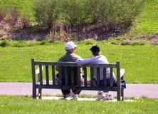 Bejaard paar op bank 2 Stock Fotografie