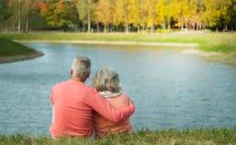 Bejaard paar op de kust Royalty-vrije Stock Fotografie