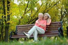 Bejaard paar op een parkbank Stock Foto's
