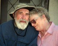 Bejaard paar op een portiek Stock Fotografie