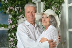 Bejaard paar op houten portiek Stock Foto's