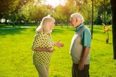 Bejaard paar in openlucht stock foto