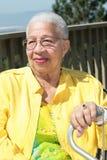 Bejaarde Afrikaanse Amerikaanse Vrouw die met Haar Ca rust Stock Foto
