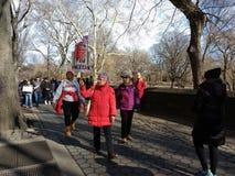 Bejaarde Amerikaanse Vrouwen, Vrouwen ` s Maart, het Central Parkwesten, NYC, NY, de V.S. royalty-vrije stock afbeelding