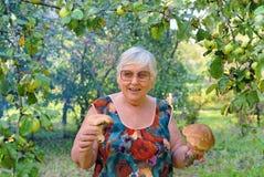 Bejaarde in appeltuin royalty-vrije stock afbeeldingen