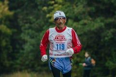 Bejaarde atletenlooppas door het Park Royalty-vrije Stock Foto