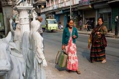 Bejaarde Aziatische vrouwentribune op straat Royalty-vrije Stock Afbeelding
