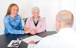 Bejaarde bij de arts Stock Foto's