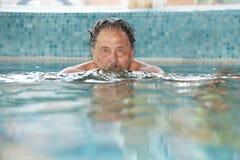 Bejaarde bij zwembad royalty-vrije stock afbeelding