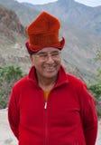 Bejaarde boeddhistische monnik die Tibetian-hoed Kasa, Ladakh, Noord-India dragen Royalty-vrije Stock Foto's