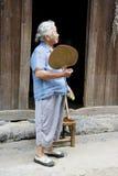Bejaarde Chinese Dame in Daxu Royalty-vrije Stock Afbeeldingen