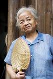 Bejaarde Chinese Dame in Daxu Stock Afbeeldingen