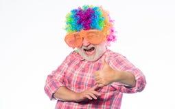 Bejaarde clown Het hebben van pret Grappige levensstijl Pret en vermaak Grappig grootvaderconcept De grap van Nice Opa altijd stock fotografie