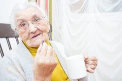 Bejaarde dame die medicijn nemen royalty-vrije stock foto