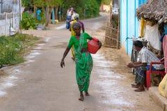 Bejaarde dame in een dorp van het land dichtbij Kumbakonam, India royalty-vrije stock afbeeldingen