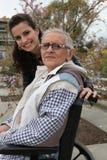 Bejaarde dame in een rolstoel Stock Foto's