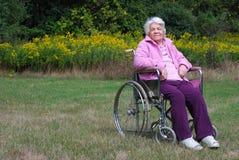 Bejaarde dame in een rolstoel stock fotografie