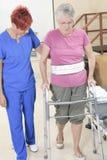 Bejaarde dame met haar fysiotherapeut in a Royalty-vrije Stock Foto