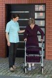 Bejaarde Dame met Leurder Stock Fotografie