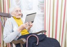 Bejaarde dame nieuwe technologie stock afbeeldingen