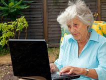 Bejaarde Dame Using Laptop Stock Afbeeldingen