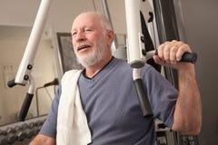 Bejaarde in de Gymnastiek Stock Afbeelding