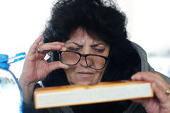 Bejaarde in de supermarkt Royalty-vrije Stock Foto's