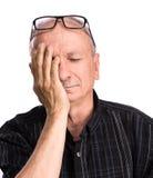 Bejaarde die aan een hoofdpijn lijdt Royalty-vrije Stock Fotografie