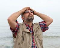 Bejaarde die aan hoofdpijn lijden Stock Foto's