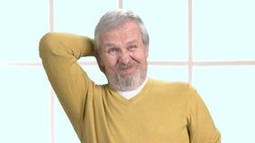 Bejaarde die aan nekpijn lijden stock video
