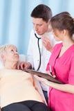 Bejaarde die algemeen medisch onderzoek hebben royalty-vrije stock afbeelding