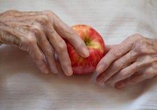 Bejaarde die Apple houden die hierboven wordt gefotografeerd van stock afbeeldingen