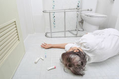 Bejaarde die in badkamers vallen stock afbeeldingen
