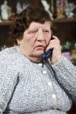 Bejaarde die bij telefoon spreekt Royalty-vrije Stock Fotografie
