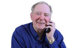 Bejaarde die celtelefoon met behulp van stock foto