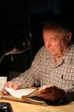 Bejaarde die de Bijbel bestudeert royalty-vrije stock foto's
