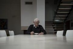 Bejaarde die diner eten stock foto's