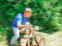 Bejaarde die een houten motorracer spelen stock afbeeldingen