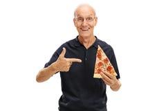 Bejaarde die een plak van pizza houden stock fotografie
