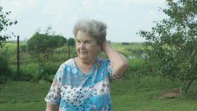 Bejaarde die in het park van tuin lopen stock videobeelden
