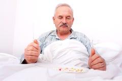 Bejaarde die meds eet Royalty-vrije Stock Foto's